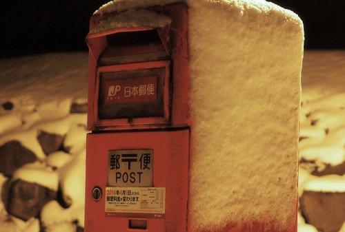 雪の中のポスト